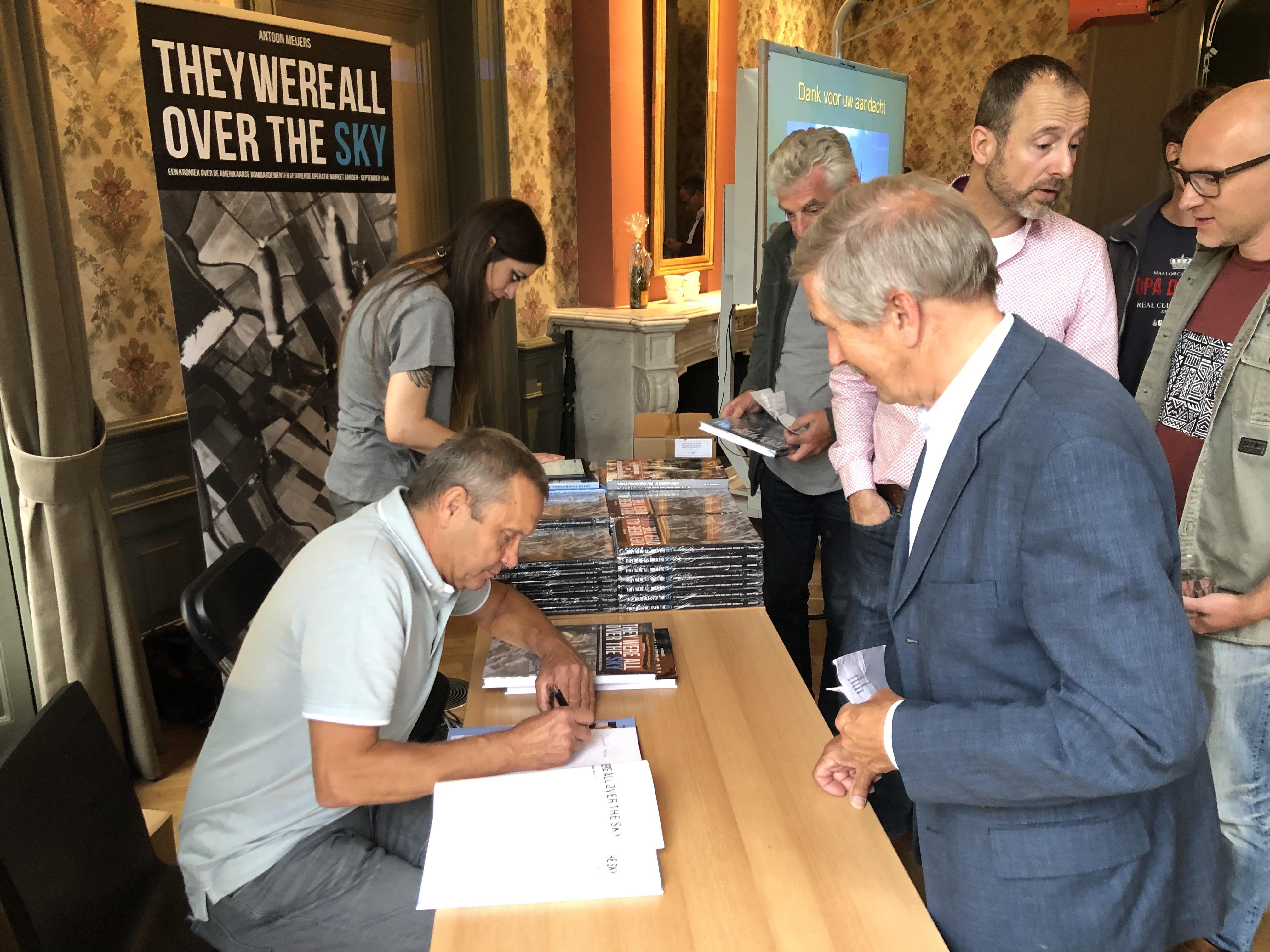 Auteur Antoon Meijers signeert de boeken (copyrights Flying Pencil NL B.V.)